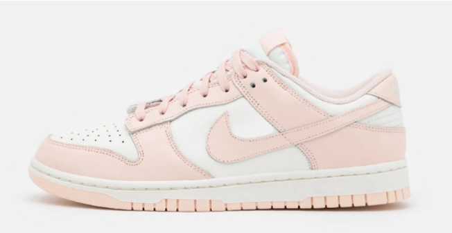"耐克Dunk SB粉色低帮实物图 Nike Dunk Low WMNS ""Orange Pearl"" 清新粉色装扮耐克白粉配色 货号:DD1503-102-潮流者之家"